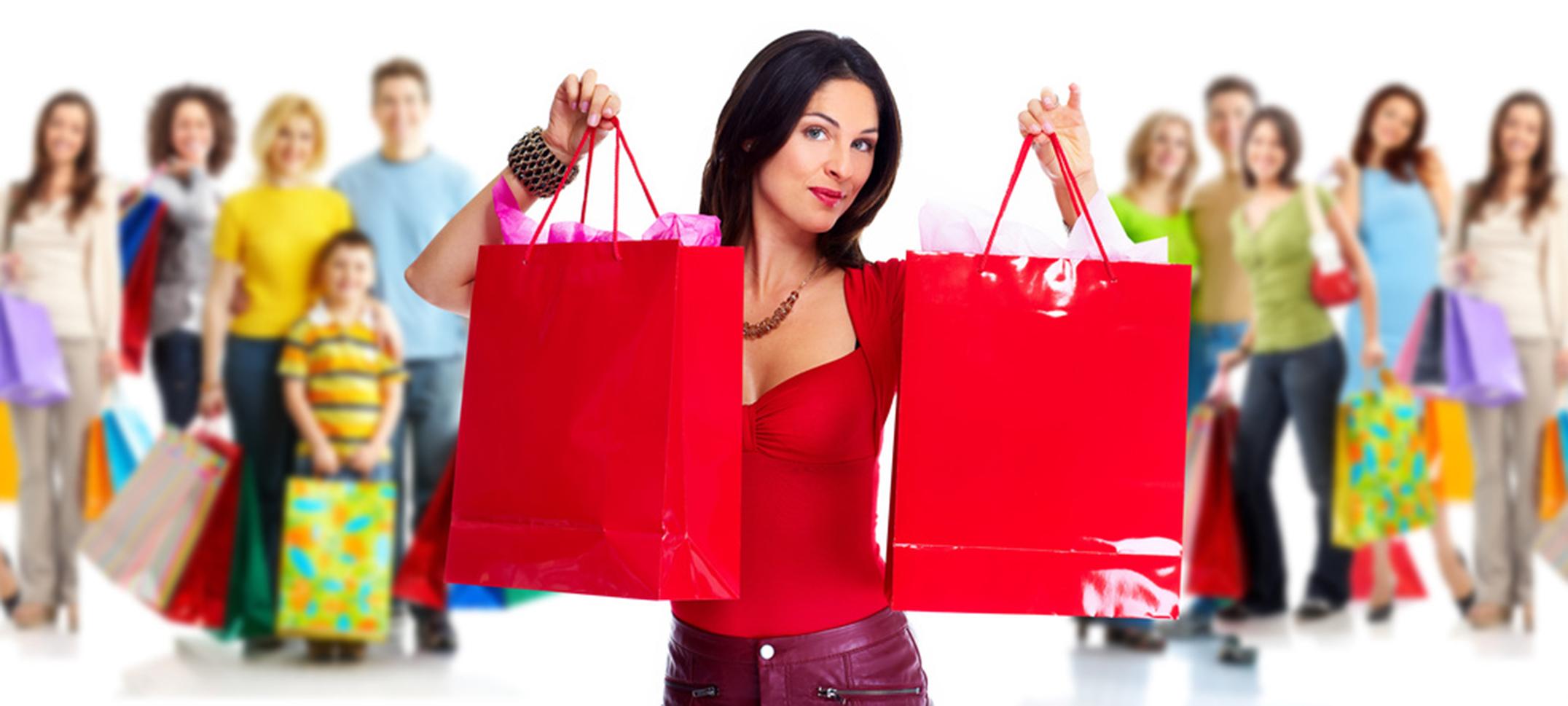 Femme habillé en rouge, avec des sacs cadeaux aux mains